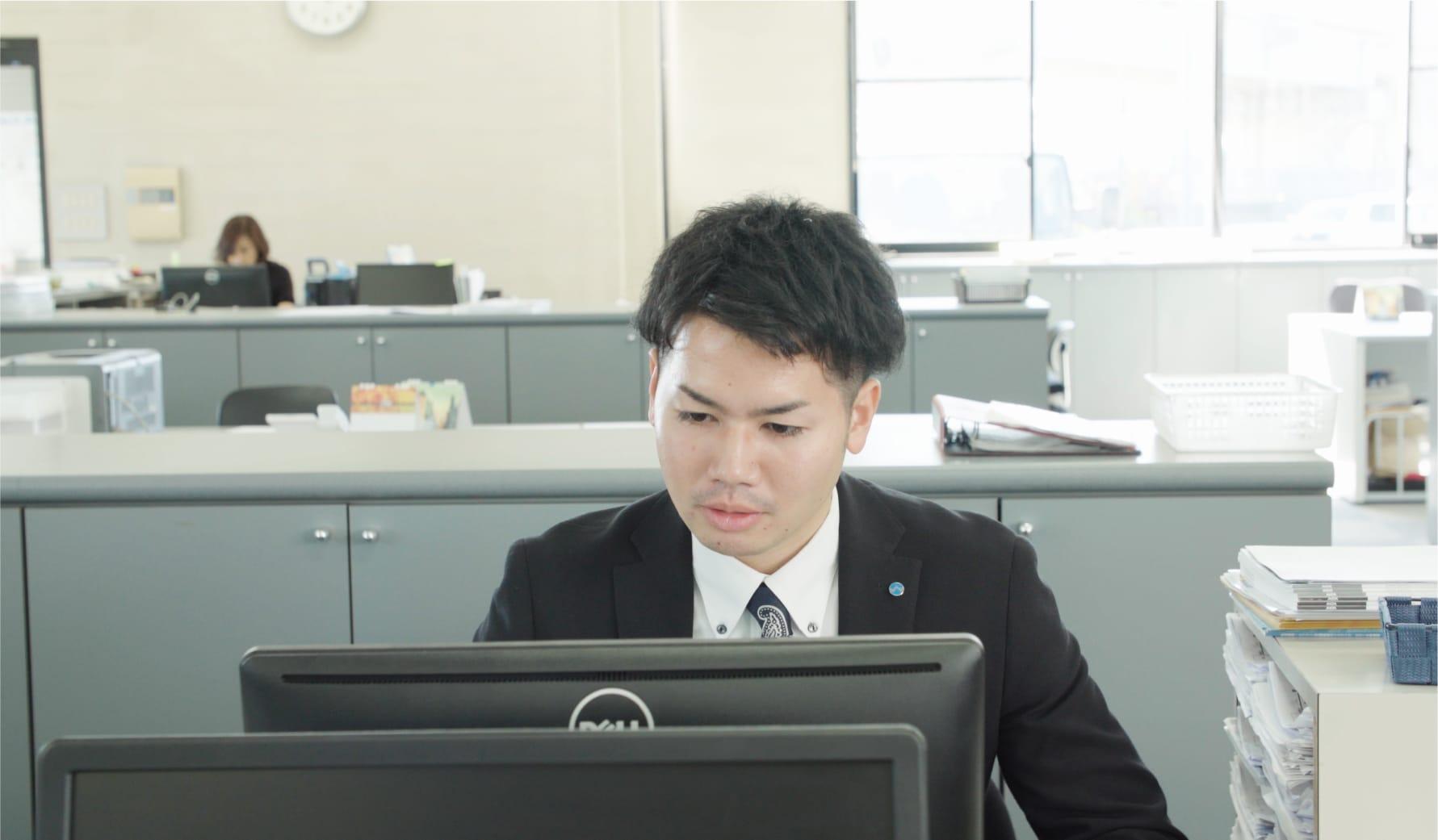 パソコンで作業を行う社員の写真